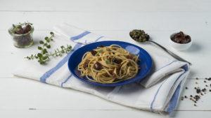 Σπαγγέτι ολικής άλεσης MISKO με ελιές, κάπαρη και λιαστή ντομάτα